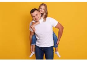 快乐的爸爸和小女孩穿着白色的T恤和牛仔裤_8761121