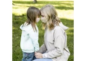 戴医用口罩的妈妈和女孩_9009976