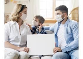 戴医用口罩的家庭在室内复制空间_8681772