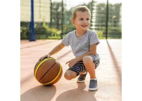 快乐的男孩在户外打篮球_11176375