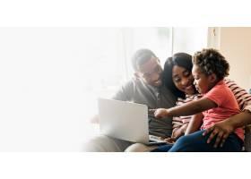快乐的黑人家庭和蹒跚学步的孩子指着笔记本_13307287