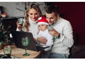 快乐美丽的一家人带着一个婴儿举起酒杯同_10936271