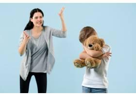 愤怒的母亲在家里骂她的儿子_13057944