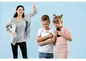 愤怒的母亲在家里骂她的儿子和女儿动情家_13343449