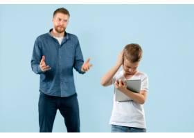 愤怒的父亲在家骂儿子_13057946