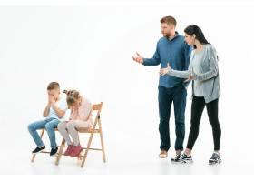 愤怒的父母在家里责骂他们的孩子儿子和女_13343431