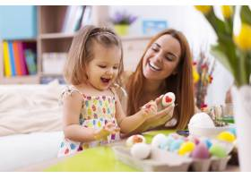 慈爱的母亲和她的宝宝画复活节彩蛋_10979337