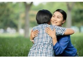 慈爱的母亲拥抱着小儿子_5577245
