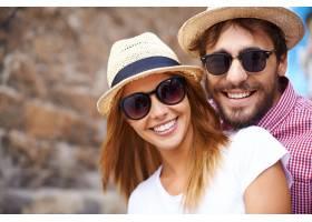 戴着帽子和太阳镜的可爱情侣特写_854194
