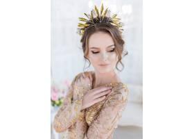戴着金色晚礼帽和皇冠的女子在豪华的白色房_2612795