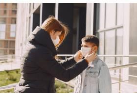 戴面具的人站在街上_8354995