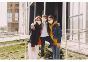 戴面具的人站在街上_8355022