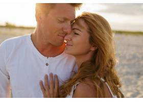 户外夏日特写海滩上年轻漂亮时尚夫妇的特写_10688222