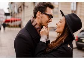 户外时尚时尚情侣相爱尴尬爱不释手深色_13012323