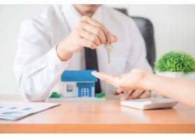 房地产经纪人把公寓的钥匙给了新房主_5218040