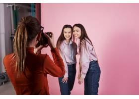 捕捉的过程女摄影师在摄影棚拍摄的两个女_9146816