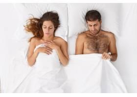 家庭夫妻有不孕不育的问题男人盖着毯子往_13189122