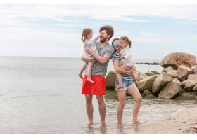 家庭度假夏日海边的父母和孩子_8264597