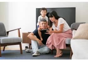 家里的夫妇和小儿子使用数字平板电脑看着_9988410