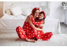 家里穿着睡衣的可爱母女_5003338