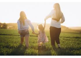 带着两个女儿的母亲在夕阳中_2522644