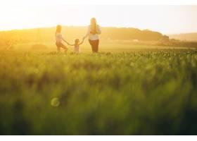 带着两个女儿的母亲在夕阳中_2522648