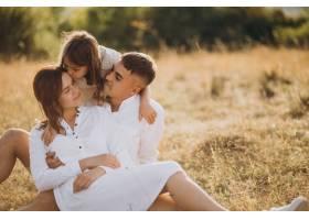 带着女儿的年轻家庭在草地上_10298830