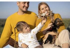 带着孩子和狗玩飞机玩具的家庭_10827140
