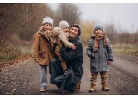 带着孩子的年轻女子在秋季公园散步_12178047