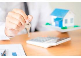 带钥匙的房地产经纪人_5218043