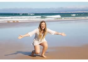 开心兴奋的女人张开双臂做蹲着抓抱孩子_10608410