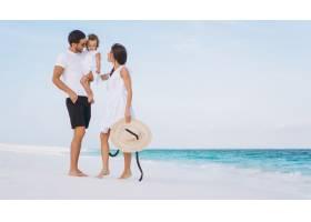 带着小女儿的年轻家庭在海边度假_5175742