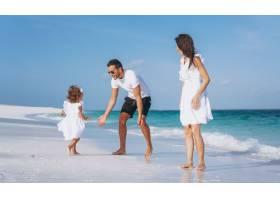 带着小女儿的年轻家庭在海边度假_5175764