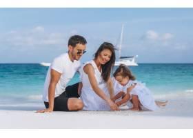 带着小女儿的年轻家庭在海边度假_5175772