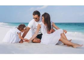 带着小女儿的年轻家庭在海边度假_5175774