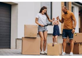 带着小女儿的年轻家庭搬进了新家_10025427