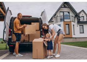 带着小女儿的年轻家庭搬进了新家_10025439