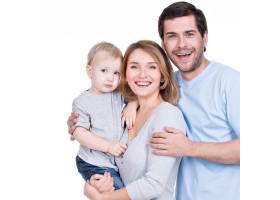 带着小孩看着相机的幸福家庭的肖像与世隔_11554620