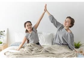 开朗可爱的女孩和她年轻的母亲穿着休闲服互_10897804