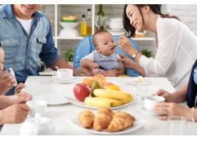 快乐的亚洲家庭早餐_5577359