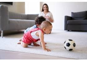可爱的小孩子在地毯上爬行玩足球慈爱的_11622290