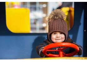 可爱的小男孩在外面的玩具车里玩耍_2437554