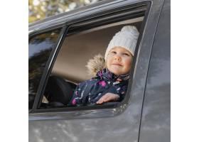 可爱的微笑女孩在车里_13106737