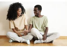 可爱的黑皮肤年轻夫妇穿着相似的休闲t恤_9534968