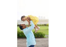 和女儿在户外玩耍_5576911