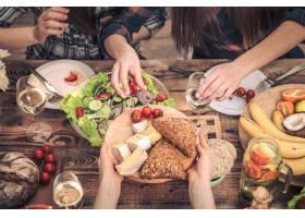 和我的朋友们一起享用晚餐俯瞰一群人在一_10107512