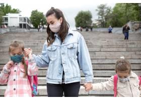 回学校去冠状病毒大流行的孩子们戴着口罩_11567316
