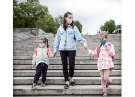 回学校去冠状病毒大流行的孩子们戴着口罩_11924443