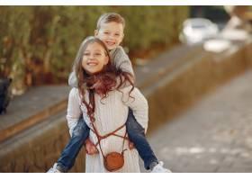 城市里提着购物袋的可爱小孩子_6238755