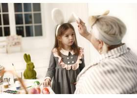 复活节的概念小女孩和她的祖母为复活节彩_11756868